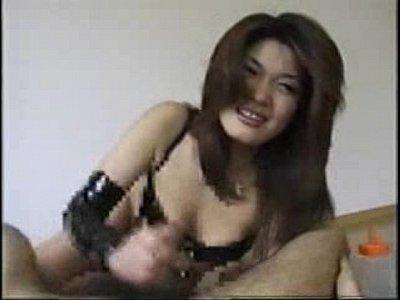 お姉さんがM男を手コキで責めるH動画|