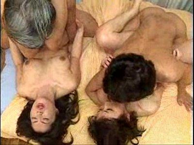 美熟女二人と男二人で相互に出し入れする大乱交に射精不可避。