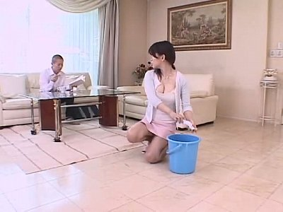 洗濯中の人妻主婦の溢れそうな胸の谷間やパンチラに悩殺!