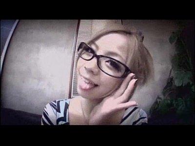 【痴女動画】ギャル社長のパンチラに目が釘付けになったバイトくん梨杏