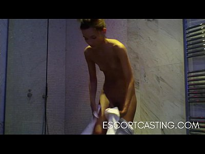 Skinny Teen Escort Catturato Su Una Telecamera Nascosta