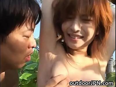 南の島で水着ギャルを木に縛りつけ辱めながらおっぱいを鷲掴みしてモミモミ