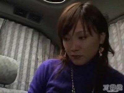 【口内発射】ナンパされた奥さまが車内でフェラ抜きしちゃう|