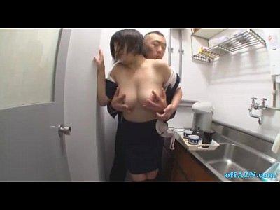 給湯室で巨乳のOLさんが上司に乳首をつままれちゃう!