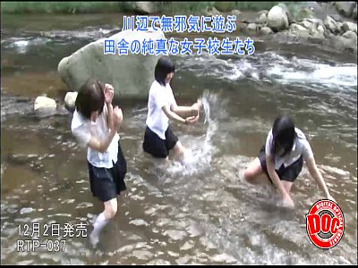 JKの体が濡れてしまいオシッコをしているところを他校の男子生徒に襲われる・・・
