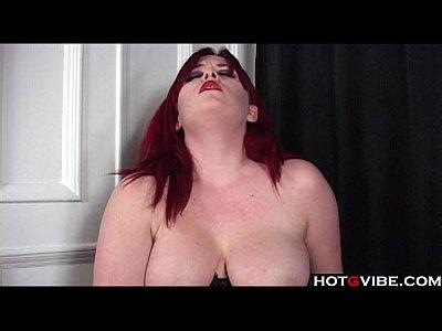 curvy rossa in corsetto giocattoli sua figa