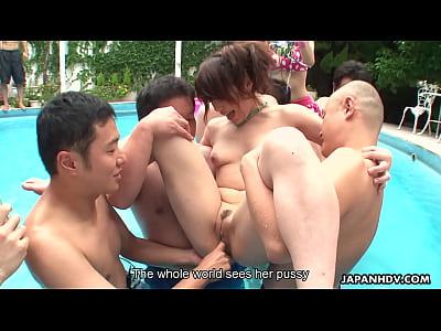 Азиатскую шлюха ебут в бассейне