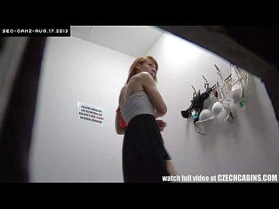 Filmando a safada ruivinha no banheiro trocando de roupa