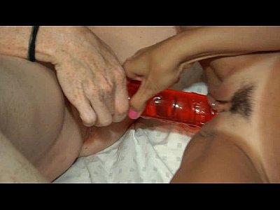 Lesbianas se dan placer con sus juguetitos eroticos