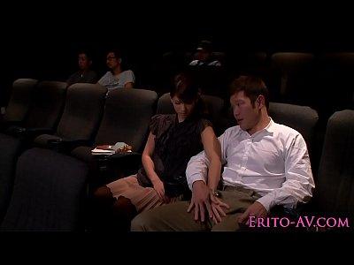 映画館で見知らぬ男女が手コキと手マンをやり合う