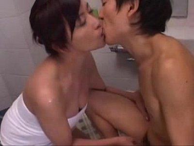 美熟女なお母さんが息子と一緒に入浴して濃厚なフェラで口内射精させてあげる!