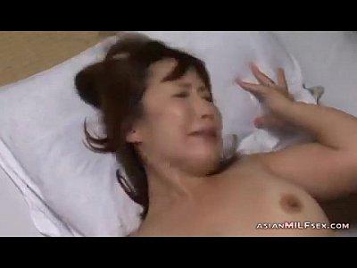 日焼け跡がエロい人妻の不倫セックス。最後は手コキと電マでフィニッシュ