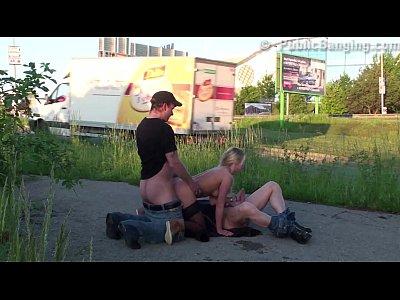 Rubia buenisima cogiendo en trio con dos machos en plena calle