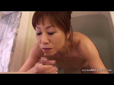 五十路熟女の垂れ乳母親が息子のペニスをお風呂でフェラ、口内射精させる