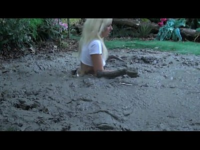 Mud video: tennis girl in trouble