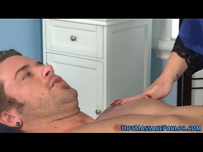 Brunette Handjob Babe vid: Brunette masseuse sucking