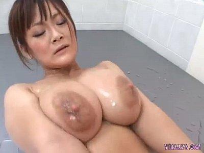 爆乳爆乳娘がヌルヌルで手コキ!巨乳ぽっちゃり動画です。