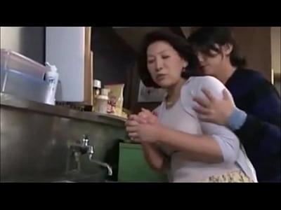 洗い物をしている熟女お母さんの巨乳に欲情してしまった息子がおっぱいにむしゃぶりついてセックスしちゃう。