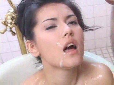 お風呂で悶えながらオマ○コにバイブを突っ込んでオナってる巨乳美女にぶっかけ!|無料エロ動画まとめSP-ERO.NET