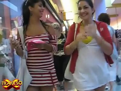 Videos De Mujeres En Tangas chava caminando con la falda arriba