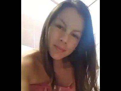 Mexicana puta hace este video xxx, cuando se esta masturbando como zorrita en el baño para su caliente novio
