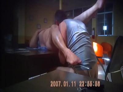 Orgasmo de mi esposa en el escritorio