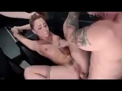 bionda milf lisa è ripieno di un giocattolo nella sua curvy culo