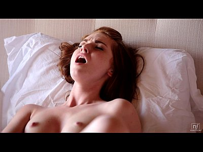 ベッドの上で美女が指と電動マッサージでオナニー