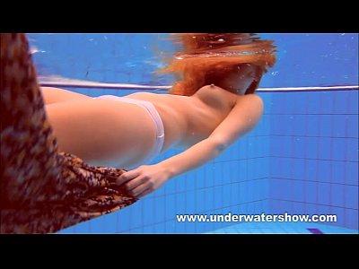 rossa katka giocare sott'acqua