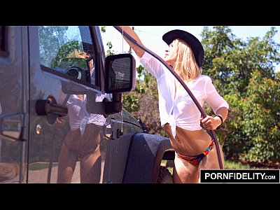 Blowjob Bubblebutt Carwash video: PORNFIDELITY - Blonde Goldie Bubble Butt Carwash Creampie