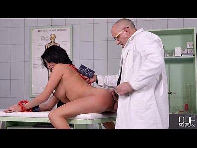 Ο γιατρός την γαμάει πισωκολλητό στο κρεβάτι εξέτασης
