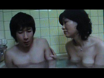 息子が風呂に入ってる最中に母親乱入からのフェラチオ近親相姦