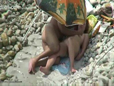 Casal safado fazendo sexo na praia