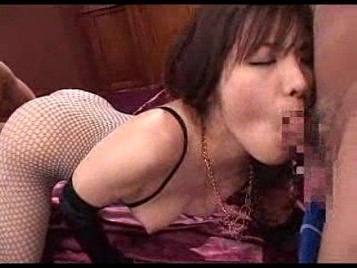 人気女優の鮎川なおちゃんが網タイツ姿で男達を痴女ってエッチ