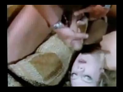 dolce teen model hiyoko stringe le sue tette grandi e le dita la sua figa nella sua breve