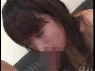 飯沢ももが黒人のブラック巨根から発射される精子を舌先でしっかり受け止める