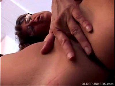 Velha safada de óculos na siririca se masturbando