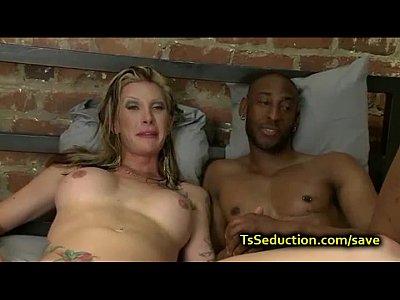Transsex loira na foda violenta com negão