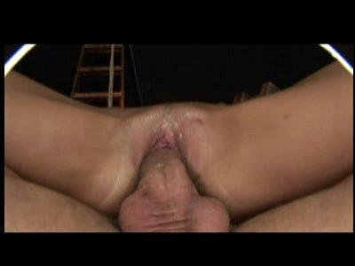 Sexo forçado com a morena sensual na mesa