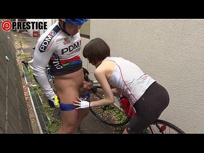 可愛い鈴村あいりが野外でマッチョな巨根を手コキ動画!