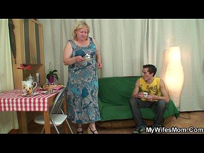Garoto colocando a vovó do amigo para foder