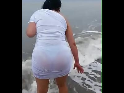Lencerias Mi novia en la playa con su rica tanga marcada