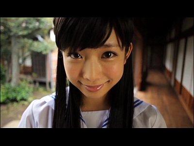 【紗倉まな】女子高生セーラー服コスプレをして森の中で、Fカップ巨乳をたくし上げるエロ動画