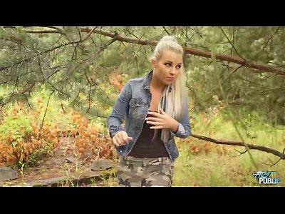 Loirinha linda metendo no meio do mato