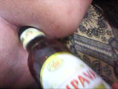 Loucura! Cú gostoso bebendo cerveja na garrafa