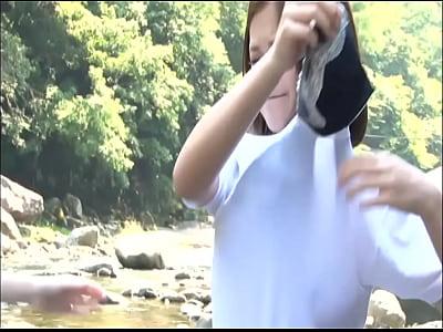 透け乳興奮w川辺で遊ぶ女子高生にムラムラ勃起!!流れるまで流し続けたい精液を!!