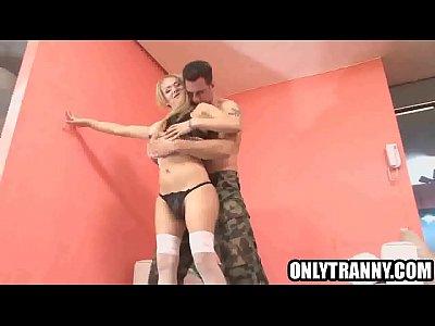 a esta transexual le gusta que su novio la ponga muy cachonda antes de coger