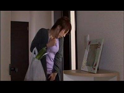 エロエロな美熟女母が息子と彼女のSEXを覗き見して興奮して妄想オナニーしちゃってるww