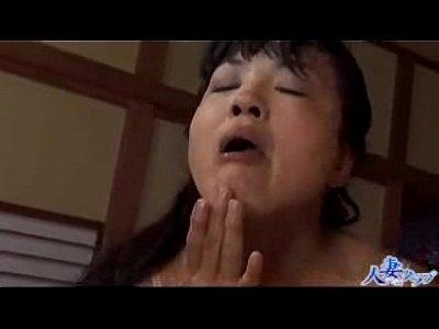 【熟女動画】息子のいきり立った肉棒を妹と一緒に舐め回すエロ過ぎ四十路