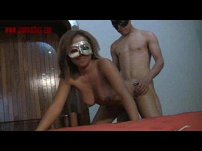 Caliente mexicana empina el culo para que su corneador le meta la verga por esa vagina, mientras que la muy puta se pone a gemir de placer